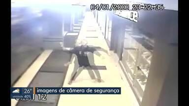 Câmera flagra homem quebrando vidro e furtando bolsa no Sudoeste - Ele foi preso pela PM algumas horas depois do crime.