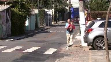 Buracos na calçada provocam acidentes e são a principal queixa dos pedestres em SP - Sete em cada dez moradores de São Paulo já caíram ou viram alguém cair numa calçada por problemas de conservação.