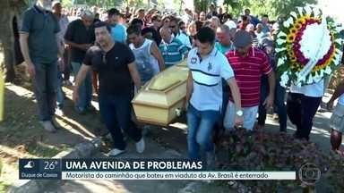 Enterrado corpo de motorista de caminhão que bateu em viga na Avenida Brasil - Veículo atingiu uma viga na via expressa, na altura de Coelho Neto. Morotistas reclamam de condições da Avenida Brasil.