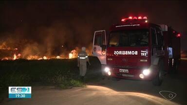 Incêndio atinge terreno em Linhares, ES - Chamas começaram no fim da tarde deste sábado (10).