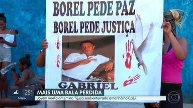 Corpo de estudante alvo de bala perdida na Tijuca será neste domingo (11) - Gabriel, de 18 anos, estudante e jogador de futsal, foi atingido quando estava em um ponto de ônibus próximo ao Morro do Borel, onde morava.