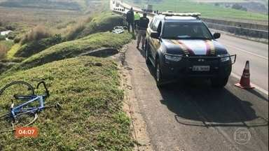 Ciclista morre e outro fica ferido depois de caírem em riacho no interior de SP - Os ciclistas acompanhavam uma romaria numa estrada à noite, e não viram que o trecho que passava sobre o rio não tinha acostamento.