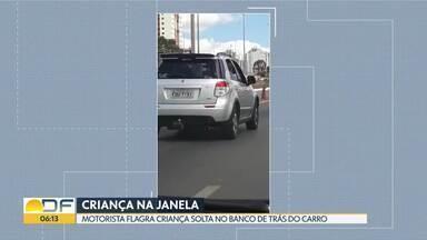Motorista flagra criança solta no banco de trás de outro carro - Segundo a motorista, a criança tinha cerca de 4 anos e estava com a cabeça para fora do carro. Ela chegou a avisar o dono do veículo.
