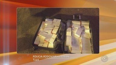 Homem é preso com 160 celulares contrabandeados e R$ 73 mil - O motorista de 35 anos dirigia uma caminhonete quando foi parado na rodovia Comandante João Ribeiro de Barros pela Polícia Rodoviária, em Tupã (SP). Ele não pagou a fiança de 10 mil reais e está preso na penitenciária de Marília (SP).