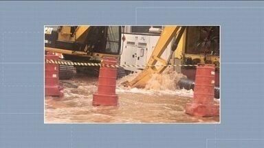 Conserto de tubulação da Sabesp provoca vazamento de água em Pinheiros - Funcionários trabalharam durante a madrugada para tentar consertar o vazamento, que foi provocado por uma obra da Sabesp.