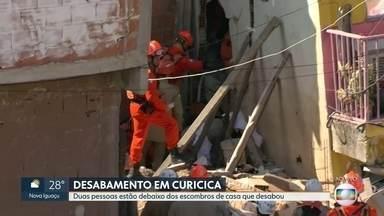 Bombeiros identificam vítimas presas nos escombros de desabamento na Curicica - Os bombeiros estão em contato com a mãe e filho presos nos escombros da casa que desabou na Curicica.