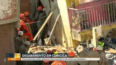 Mulher soterrada fez contato com vizinha logo após desabamento - Os bombeiros estão em contato com as vitimas presas nos escombros da casa que desabou na Curicica.