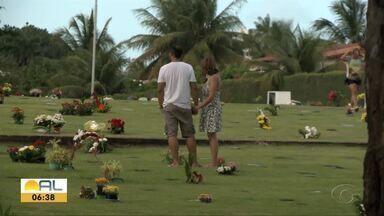 Dia dos Pais para muita gente é dia de saudade - Muita tem foram aos cemitérios.