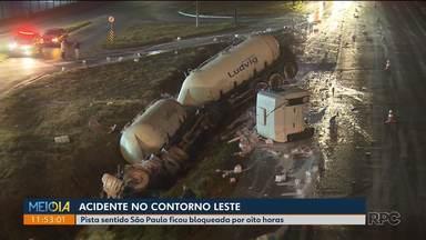 Acidente no Contorno Leste deixa trânsito complicado na região - Dois caminhões bateram e provocaram a interdição da pista.