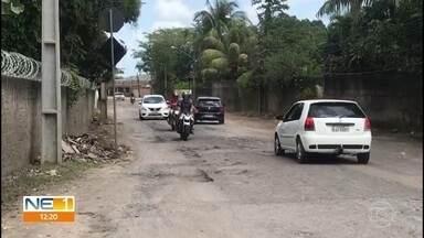 Buracos na Estrada de Aldeia causam transtornos para motoristas - Para se livrar dos buracos na PE-27, os condutores acabam passando pelo acostamento.