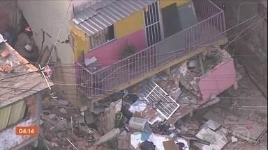 Prefeitura interdita 16 imóveis no local onde casa desabou no RJ - A mãe e o filho, de três anos, que ficaram horas sob os escombros, estão internados e o estado de saúde deles é estável. Durante o dia, 16 imóveis foram interditados com risco de desmoronamento.