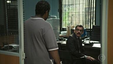 O delegado comunica a Tomás a denúncia feita contra Almeidinha - Ele toma o depoimento de Tomás para entender tudo o que aconteceu