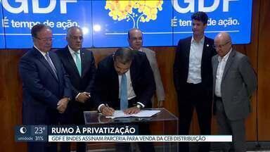 GDF assina contrato com BNDES para viabilizar privatização da CEB Distribuição - De acordo com governo, Caesb e Metrô estão na lista e devem seguir mesmo caminho.