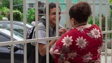 Waguinho chega bastante alterado na escola - Luan tenta acalmar o amigo