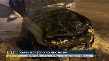 Fogo consome frente de carro no meio da rua em Curitiba - Motorista contou com a ajuda de quem passava pelo local para conter o incêndio.