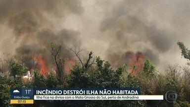 Incêndio destrói parte da Ilha Comprida, no oeste do estado - Incêndio começou no final de semana. A ilha fica na divisa com o Mato Grosso do Sul, perto da cidade de Andradina