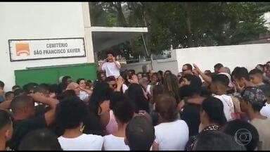 Famílias se despedem de dois jovens mortos por bala perdida em operações policiais no Rio - Diogo Coutinho, de 16 anos, foi baleado a caminho do treino de futebol. Os policiais disseram que Henrico de Menezes, de 19 anos, estava com armas e drogas, mas a família diz que ele é inocente. Em 2019, 114 pessoas foram vítimas de bala perdida na Região Metropolitana do RJ.