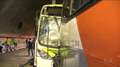 Acidente com dois ônibus e cinco carros deixa 48 feridos no Rio - A batida aconteceu dentro do túnel Marcello Alencar, uma das principais ligações entre o Centro e as zonas Norte e Oeste da cidade.