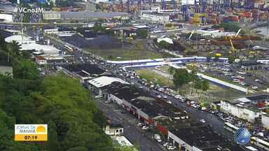 Saiba como está o trânsito em diversos pontos da capital baiana nesta quarta-feira (14) - Motoristas devem ter cuidado, pois a pista da Avenida Paralela está molhada por causa da chuva.