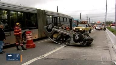 Carro capota na Ponte do Socorro - Cinco pessoas ficaram feridas em acidente que travou parte da Zona Sul.