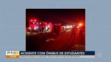 Acidente com ônibus de estudantes deixa um morto, em Regente Feijó - Ocorrência ainda deixou mais de 30 pessoas feridas.