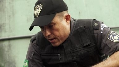 Peixoto encontra Marco - O capitão avisa que está tudo sob controle, mas a polícia não conseguiu pegar Góes nem os demais homens