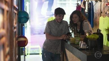 Tadeu mostra as fotos de Nina para Rita - Rita pede que o amigo tenha cuidado e não dá ideia quando ele fala sobre sequestrar a menina