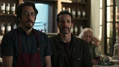 Faruq se incomoda com olhares dos clientes para Muna - Ali tranquiliza o médico e Muna promete show particular pra ele