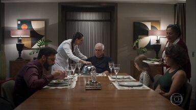 Alberto se irrita com a comida hospitalar - Alberto pede para conversar com Marcos