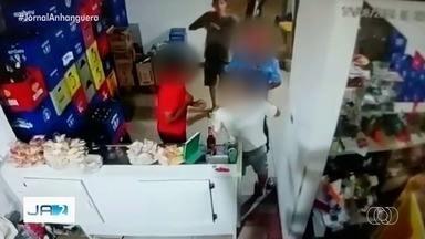 Dupla assalta bar e atira após brigar com cliente, em Aparecida de Goiânia - Imagens mostram quando um dos frequentadores reage à abordagem e briga com homem armado. Dono do estabelecimento disse que dupla levou um celular e R$ 12 do caixa.