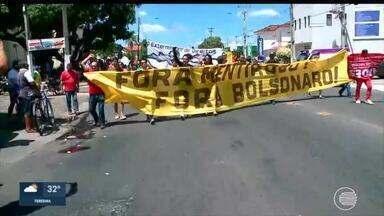 Manifestantes protestam contra cortes na educação durante visita de Bolsonaro - Manifestantes protestam contra cortes na educação durante visita de Bolsonaro