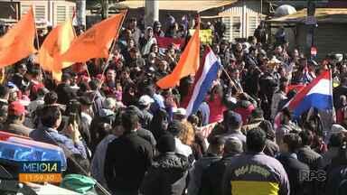 Moradores fazem manifestação contra o presidente no lado paraguaio da fronteira - O clima ficou tenso na fronteira. Houve confronto com a polícia.