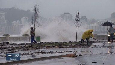 Frente fria muda a paisagem do litoral e provoca ressaca em Santos, SP - Queda nas temperaturas, rajadas de vento e agitação do mar chamaram a atenção.