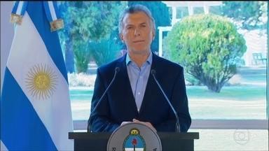 Macri anuncia pacote para tentar recuperar popularidade - Entre as medidas estão o aumento do salário minimo e o congelamento do preço dos combustíveis; presidente perdeu as prévias para chapa que tem como candidata a vice Cristina Kirchner