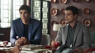 Régis pede ajuda a Márcio para impedir que Maria passe a fábrica para o nome de Jô - A empresária decide fazer um contrato de gaveta e convoca Antero