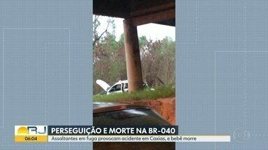 Bebê morre depois de carro da família cair de viaduto em Duque de Caxias - O carro em que o bebê de um ano e meio estava se envolveu num acidente com o veículo de bandidos em fuga, na Rodovia Washington Luís.