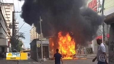 Incêndio destrói ônibus e atinge estação de BRT na Conde da Boa Vista - Fogo começou em coletivo e se propagou para estação, que foi interditada.