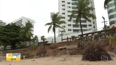 Maré alta derruba trecho de calçadão na orla de Olinda - Prefeitura vai providenciar os serviços emergenciais no local em que o calçadão cedeu.