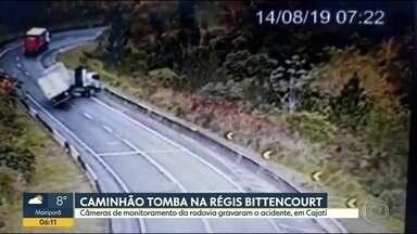 Caminhão tomba na Régis Bittencourt - Câmeras de monitoramento da rodovia gravaram o acidente em Cajati.