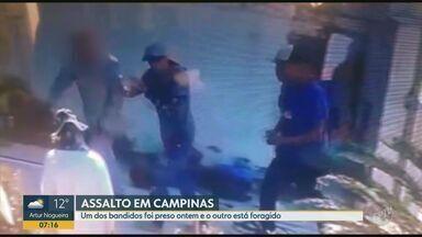 Polícia prende um dos bandidos que assaltou família no bairro São Quirino em Campinas - As imagens da câmera de segurança mostram quando os assaltantes chegam e depois de um tempo anunciam o assalto; outro suspeito ainda está foragido.