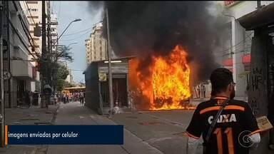 Incêndio destrói ônibus e atinge estação de BRT em Recife - Fogo começou em coletivo e se propagou para estação, no Centro do Recife. Os passageiros conseguiram sair sem ferimentos, mas mulher foi socorrida por inalar fumaça.