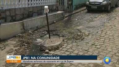 Moradores reclamam de vazamento em rua de Bayeux, na Paraíba - Moradores da Rua São Sebastião enviaram vídeos para a TV.