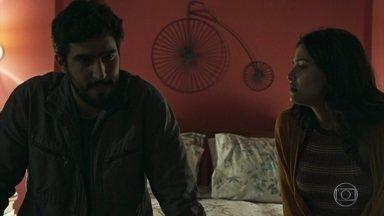 Jamil se diz aliviado por saber que não é o pai do filho de Dalila - Ele fala para Laila que agora quer ajudar a provar a inocência de Almeidinha