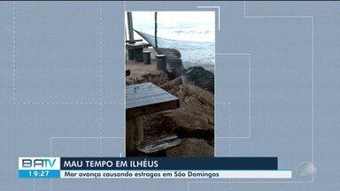 Mar avança e causa estragos na localidade de São Domingos, em Ilhéus - Água invadiu cabana e derrubou coqueiros.