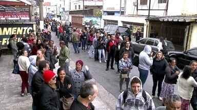 Pessoas passam a manhã em duas filas de emprego no Rio e no ABC Paulista - Em São Bernardo do Campo (SP), as vagas eram desempregados com mais de 40 anos.