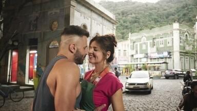 Carla e Madureira se declaram um para o outro - Os dois se beijam apaixonados