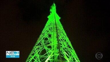Antena da Globo é iluminada na cor verde para lembrar do Criança Esperança - Campanha beneficiou mais de 5 mil projetos sociais.