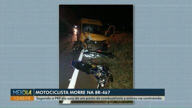 Motociclista morre ao bater de frente com uma van na BR-467, em Toledo - Segundo a PRF, ele saiu de um posto de combustíveis e entrou na contramão da rodovia.