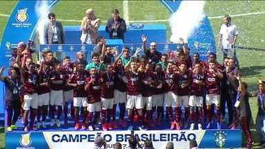 Flamengo bate o Corinthians, é campeão brasileiro sub-17, e jogadores homenageiam mortos do Ninho do Urubu - Flamengo bate o Corinthians, é campeão brasileiro sub-17, e jogadores homenageiam mortos do Ninho do Urubu