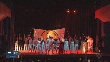 Festival Cultural Expressão e Arte do Capoeira é promovido em Santos, SP - Seis grupos apresentaram a peça teatral 'Preto Velho'.
